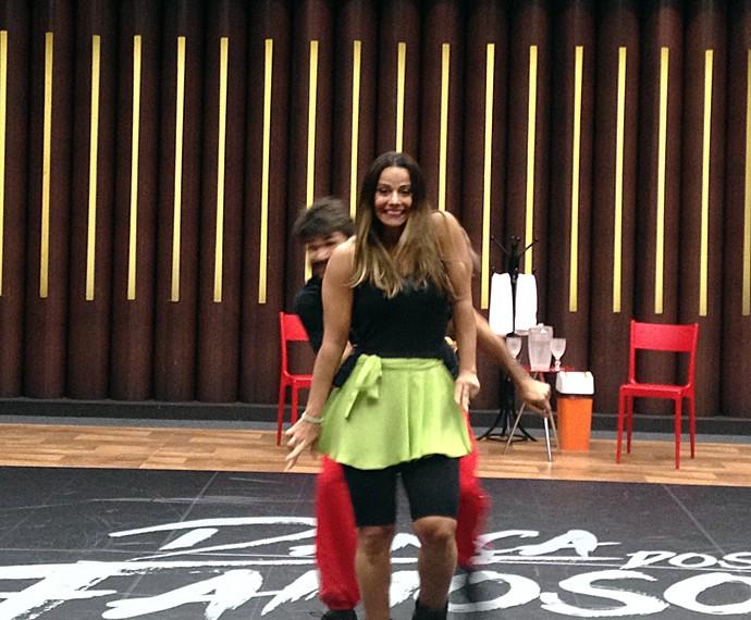 Viviane Araújo faz o passo do ombrinho! (Foto: Gabriela Bispo / Gshow)
