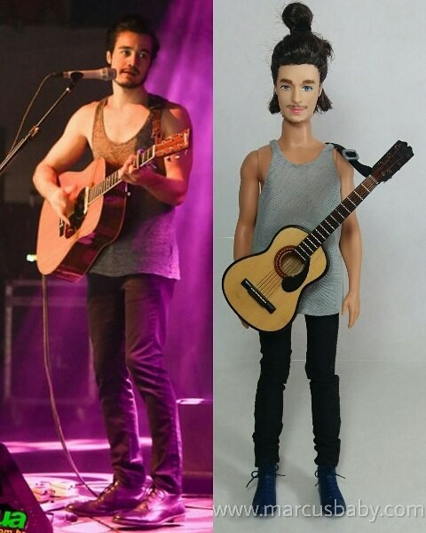 Tiago Iorc e seu boneco personalizado. Ficou parecido? (Foto: Reprodução/Instagram)