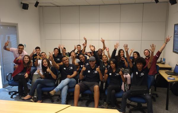 Grupo reunido depois das oficinas com os profissionais da EPTV (Foto: divulgação EPTV)