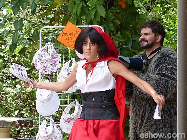 Selma improvisa passos de dança para chamar atenção dos fregueses  (Foto: Além do Horizonte/ TV Globo)