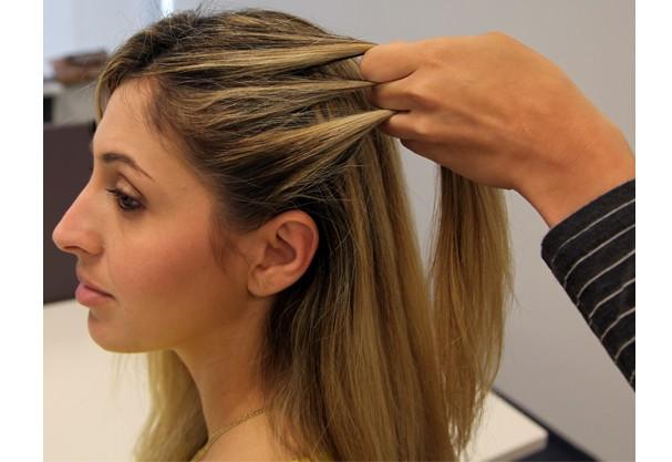 O começo é bem simples, separe uma quantidade de cabelo lateral e divida em três (Foto: Redação Glamour)
