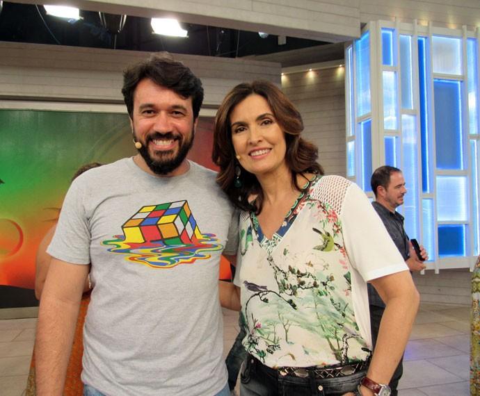 A apresentadora com um convidado nos bastidores (Foto: Priscilla Massena/Gshow)