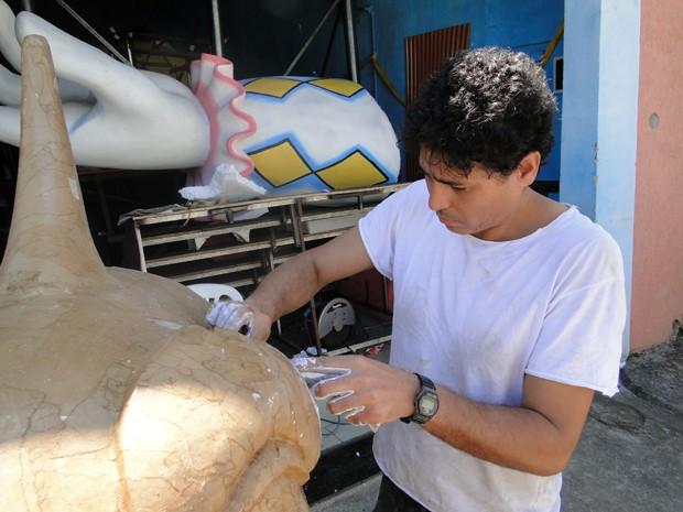 Escultor Elvis Henrreques, da Estrela do Vale (Foto: Flávia Cristini/G1)