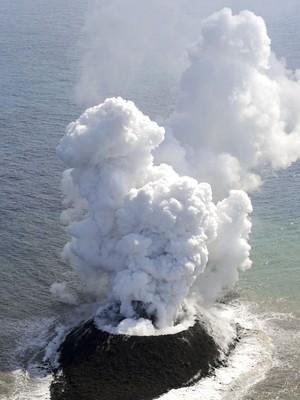 Intensa erupção vulcânica formou uma nova e pequena ilha na costa de Nishinoshima, ao sul do Japão. Seu surgimento foi registrado nesta quinta-feira (21) pela Guarda Costeira japonesa (Foto: AP Photo/Kyodo News)