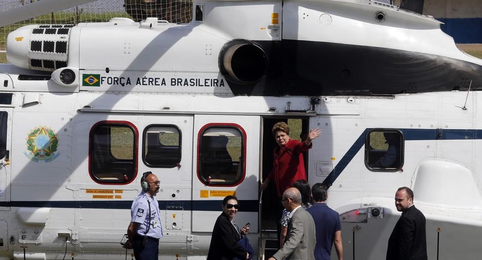 Após votar no primeiro turno em Porto Alegre, a candidata à reeleição cumprimenta eleitores antes de embarcar de volta para Brasília. A disputa do segundo turno foi a mais acirrada entre PT e PSDB
