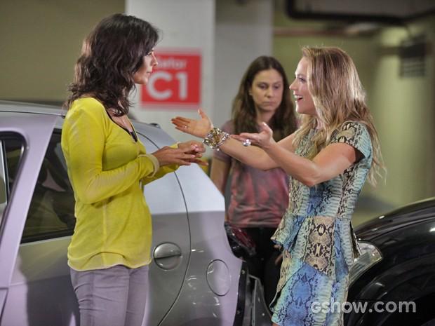 Shirley força abraço em Verônica (Foto: Pedro Curi/ TV Globo)
