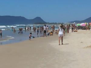 Turistas e moradores aproveitam domingo (19) de sol na praia do Campeche, em Florianópolis (Foto: Luiza Fregapani/G1)