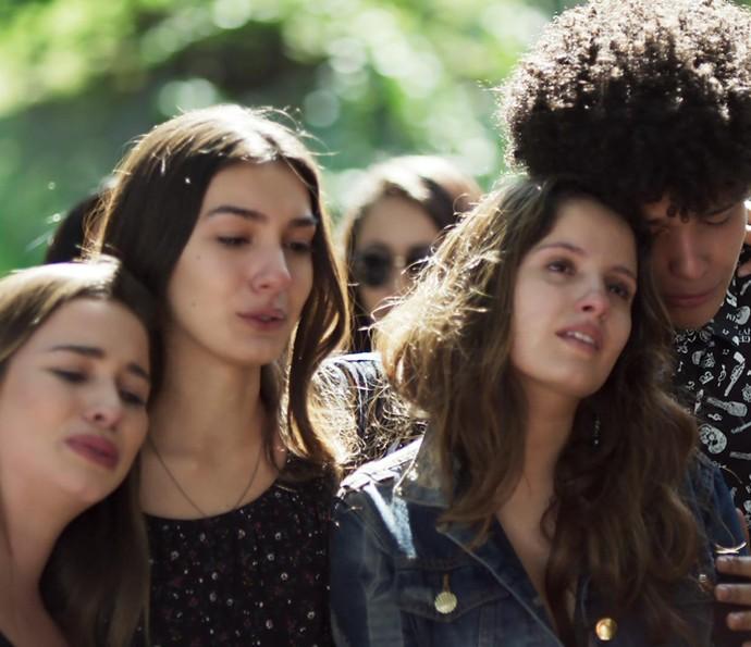 Nanda recebe o carinho dos amigos (Foto: TV Globo)