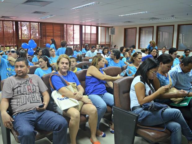 Familiares e portadores de Autismo durante a seção ordinária onde seria apresentado o projeto de lei (Foto: Aline Nascimento/G1)
