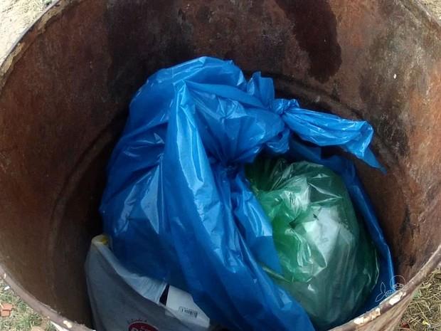 Bebê recém-nascido foi encontrado vivo dentro de uma lata de lixo (Foto: TV Verdes Mares/Reprodução)