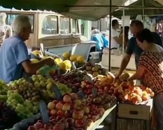Grande procura pelas frutas típicas da estação (Foto: Reprodução RJTV 1ª Edição)
