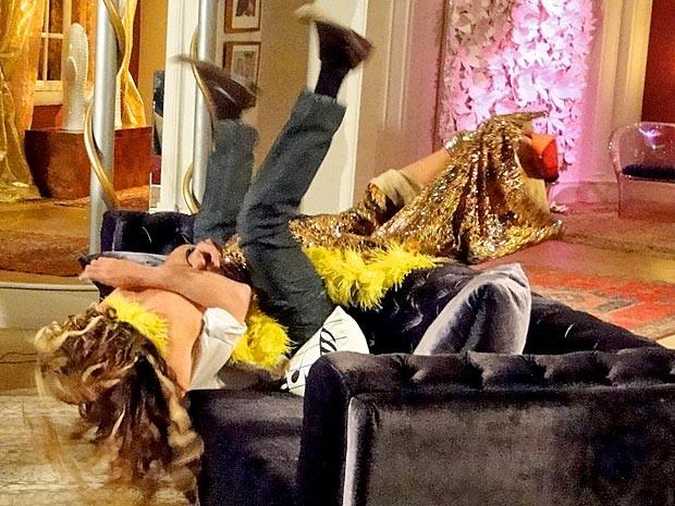 Os dois acabam caindo no sofá (Foto: Cheias de Charme / TV Globo)