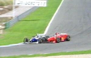 Michael Schumacher bate em Jacques Villeneuve na decisão da temporada de 1997 (Foto: Reprodução)