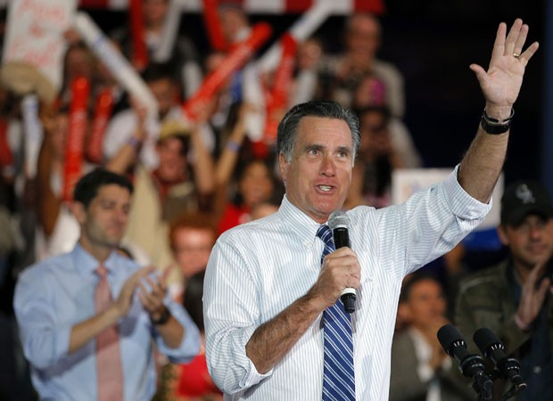 Mit Romney em evento com eleitores em Morrison, no Colorado, nesta terça-feira (23). Ao fundo, seu vice, Paul Ryan (Foto: Brian Snyder/Reuters)