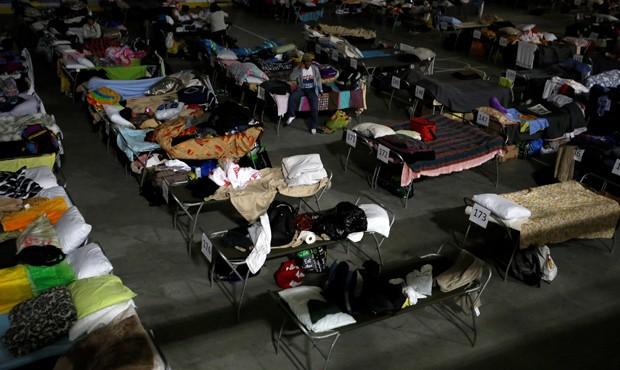 Dezenas de milhares de pessoas permanecem espalhadas em Alberta em abrigos de emergência (Foto: REUTERS/Chris Wattie)