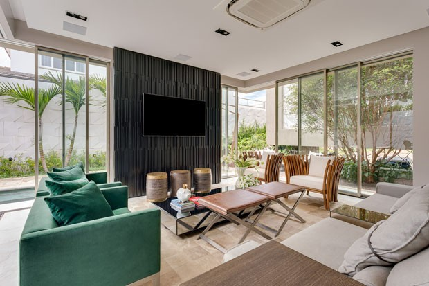 uma casa moderna onde living e piscina s o quase uma coisa