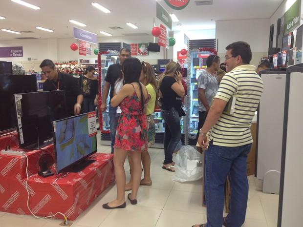 bf7be1d3e Consumidores foram às lojas conferir os descontos da Black Friday, em  Macapá (Foto: