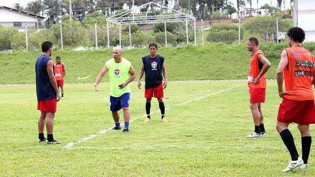 Treinador Paulo Morgado orienta o time durante treino (Foto: Anderson Silva/GLOBOESPORTE.COM)