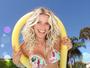 Karina Bacchi exibe corpo em forma em foto de biquíni na piscina