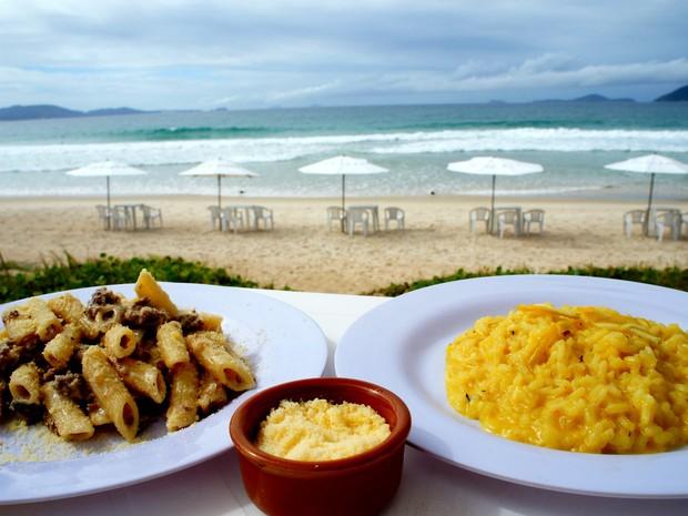 Penne e risoto tipicamente italianos à beira-mar (Foto: Flavio Flarys / G1)