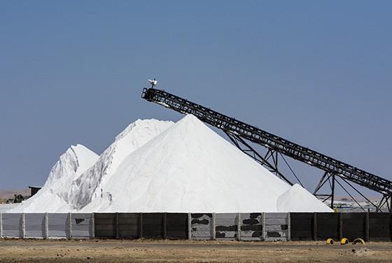 Mais de 650 mil toneladas de sal marinho são produzidas anualmente nas salinas da Baía Walvis  (Foto: © Haroldo Castro/ÉPOCA)