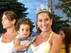 Scheila Carvalho leva a filha a ensaio técnico de carnaval
