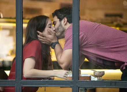 Gui vê Júlia e Tiago se beijando e fica arrasado