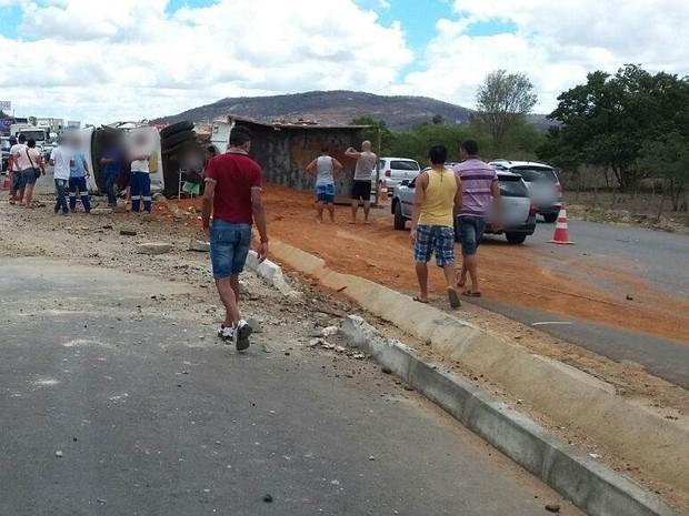 Motorista do caminhão ficou ferido, de acordo com a Polícia Civil (Foto: Divulgação/Corpo de Bombeiros)