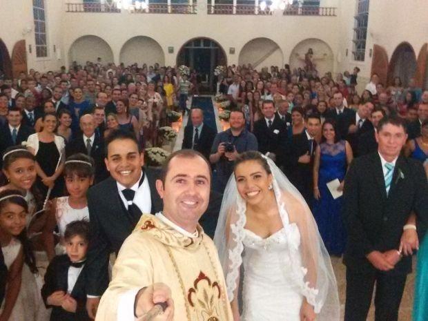 Padre faz foto com pau de selfie em casamento (Foto: Rafael Carpejani / TEM Você)