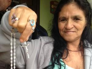 Maria Nazaré, amiga da dona da casa, mostra o presente que ganhou do Papa (Foto: Perla Rodrigues/G1)