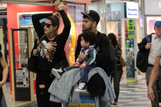 Dentinho e Dani Souza com o filho no aeoporto (Foto: Orlando Oliveira / AgNews)