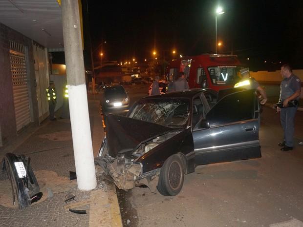 Mulher é prese após bater o carro em Pirassununga (Foto: Ademir Naressi)
