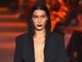 Bella Hadid desfila com decote ousado em Nova York