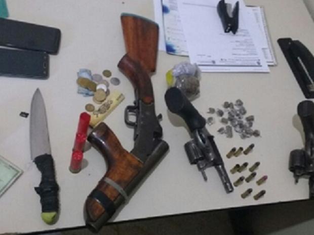 Além dos suspeitos presos, foram apreendidos armas, munições e drogas. (Foto: SSPDS/Divulgação)