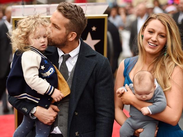 Ryan Reynolds e Blake Lively com as filhas em Los Angeles, nos Estados Unidos (Foto: Matt Winkelmeyer/ Getty Images/ AFP)
