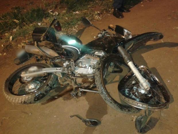 Policial morre após ser derrubado de moto por suspeito em perseguição (Foto: Sidnei Bronka/ 94 FM)