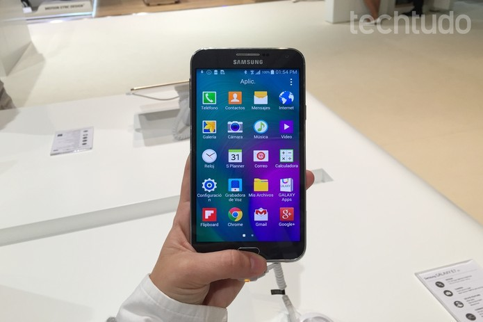 Galaxy E5 mede 5,5 polegadas e é o mais caro entre as novidades (Foto: Gabriela Fiszman)