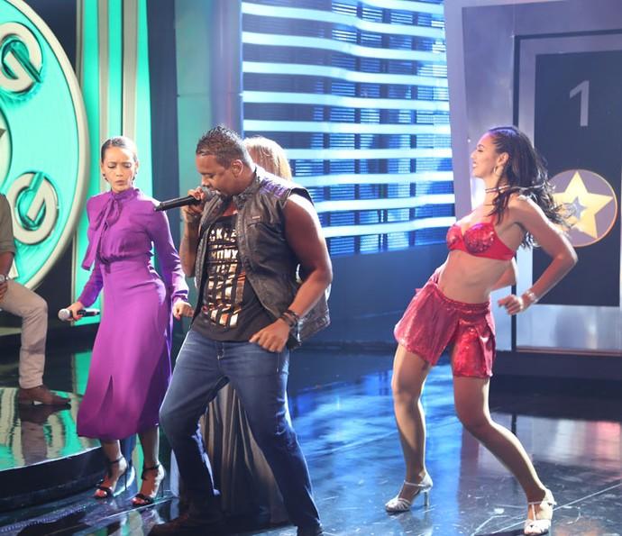 Taís cai na dança com o grupo Braga Boys (Foto: Carol Caminha/Gshow)