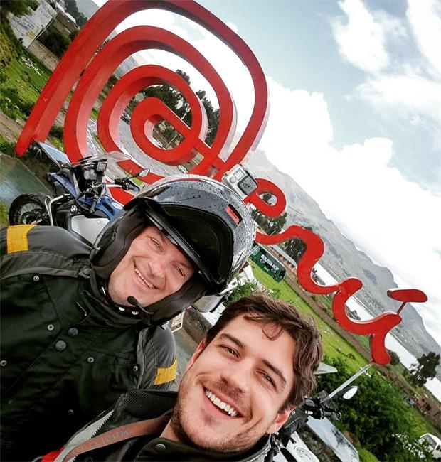 MArco Pigossi tem a companhia do pai em viagem de moto (Foto: Reprodução/Instagram)