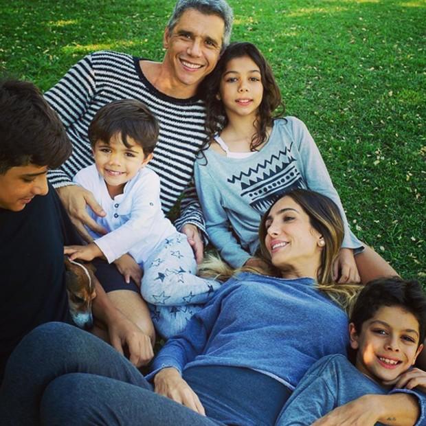 Márcio Garcia e Andréa Santa Rosa com os quatro filhos (Foto: Reprodução/Instagram)