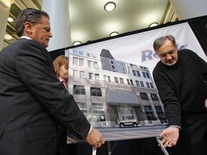 CEO do Grupo Chrysler, Sergio Marchionne (dir.), apresenta a 'Chrysler House' (Foto: Bill Pugliano/Getty Images/AFP )