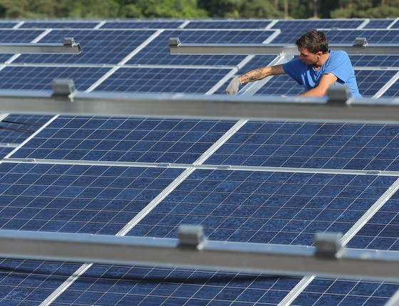 Trabalhador instala painel solar na Alemanha (Foto: Sean Gallup/Getty Images)