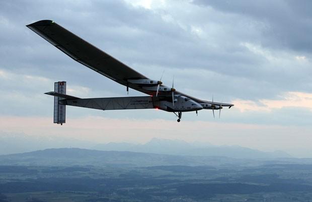 O avião suíço Solar Impulse 2, propulsado apenas com energia solar, durante voo de testes realizado nesta segunda-feira (2) (Foto: Denis Balibouse/AP)