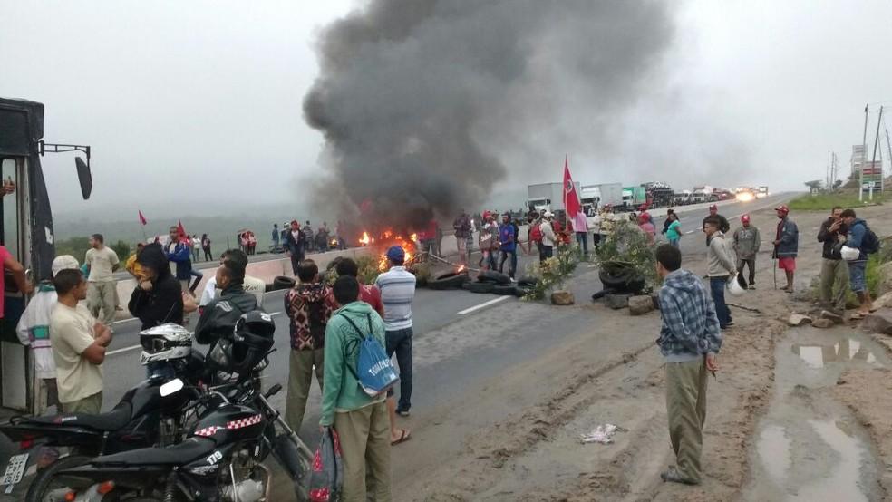 Manifestantes bloquearam os dois lados da BR-232 em São Caetano (Foto: Anderson Melo / TV Asa Branca )