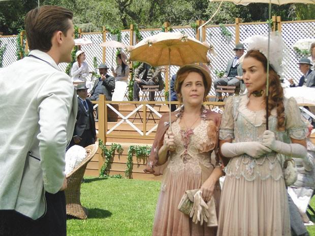 Alice não dá confiança para Umberto (Foto: Lado a Lado / TV Globo)