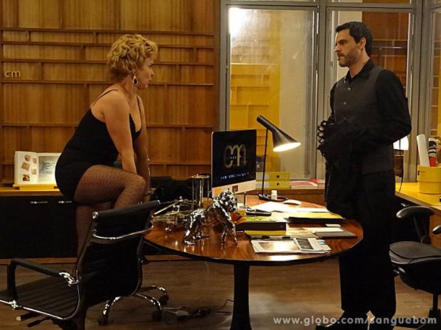 Bárbara tenta seduzir Natan e faz strip! (Foto: Sangue Bom / TV Globo)