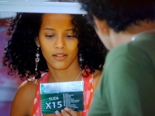 Penha fica surpresa com presente de Sandro (Foto: Cheias de Charme / TV Globo)