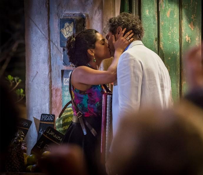 Luzia beija Santo para provocar Tereza (Foto: Felipe Monteiro/ Gshow)