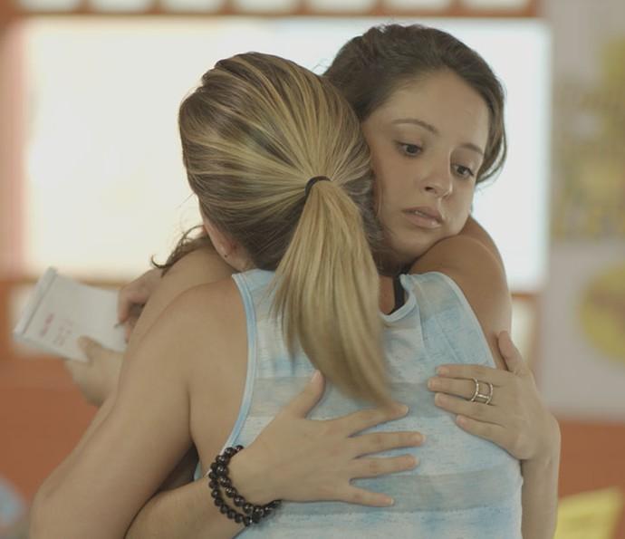 Jéssica consola a amiga (Foto: TV Globo)