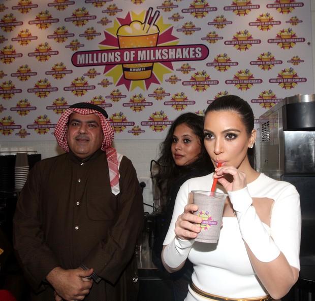 Kim Kardashian toma milkshake em inauguração de loja no Kuwait (Foto: AFP)